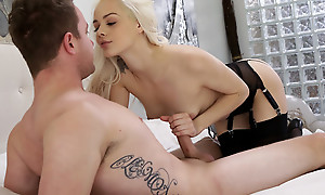 Cum hungry blonde Elsa Jean blindfolds her lover and sucks his detect before giving him a stiffie street in her bald pussy
