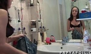 Papy baise une jeune et tres jolie subfusc aux beaux seins