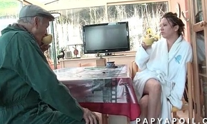 Papy leche unfriendliness chatte et baise une jolie brown qui adore le 69