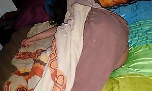 Hijastro abusa de su joven madrastra dormida